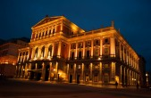 "Musikverein bei Nacht<br><p>Ssource: <a target=""_blank"" href=""https://commons.wikimedia.org/wiki/File:Palace_at_night_%288442215072%29.jpg"">https://commons.wikimedia.org/wiki/File:Palace_at_night_%288442215072%29.jpg</a></p>Urheber: Guillaume Speurt"